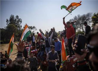 चीनी का रेकार्ड निर्यात फिर भी यूपी में गन्ना किसानों का 7000 करोड़ रुपए बक़ाया