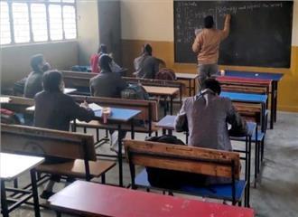 बच्चों की 'पढ़ाई' पर भी पड़ी है अर्थव्यवस्था की मार