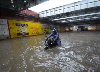 यूपी में आफत वाली बारिश 50 लोगों की मौत रेलवे-हवाई सेवाएं बाधित